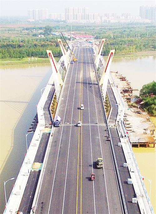 生态新区重要通道的城区月亮岛过河通道赤壁路桥主体桥梁工程全线通车