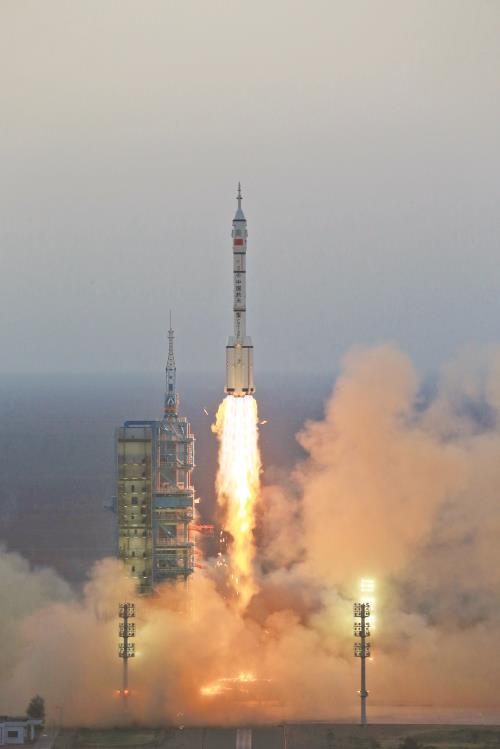 长征二号f遥十一运载火箭在酒泉卫星发射中心点火升